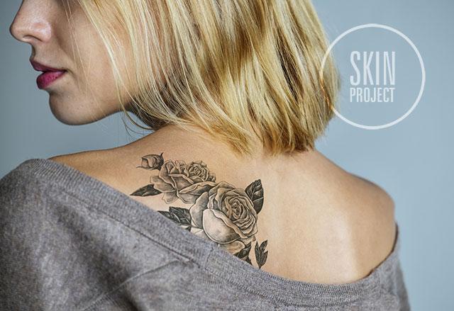 kobieta z tatuażem na plecach róża